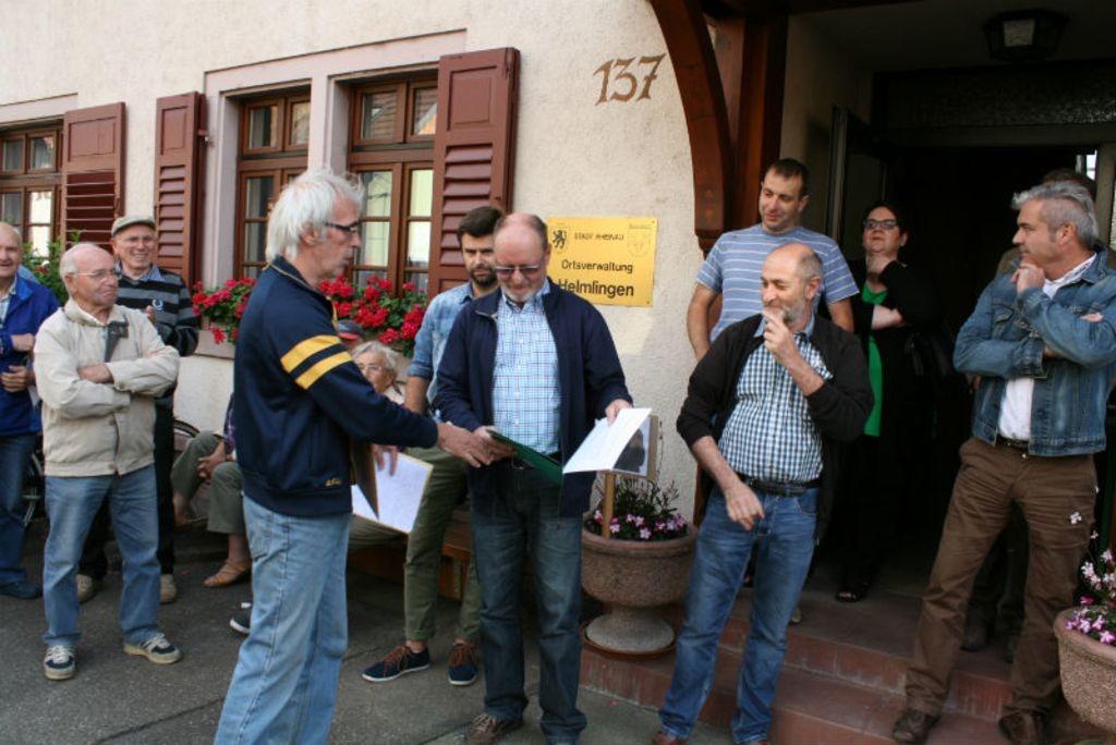 we Wagner übergibt Ortsvorsteher Manfred Kreß die Resolution der Bürger.
