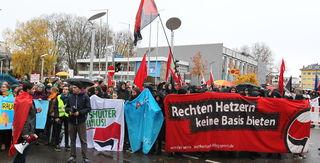 Rund 300 Demonstranten protestierten vor der Kehler Stadthalle gegen den Landesparteitag der AfD.