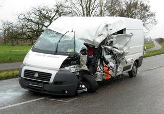Der Transporter nach dem Unfall, der einen Schwerverletzten und 30.000 Euro Sachschaden forderte.