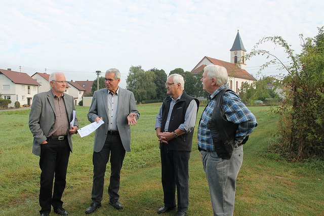 Bürgermeister Markus Vollmer (2.v.l.) mit der Baugenehmigung für Investor Burkhard Isenmann (Orbau, l.) und mit den Sono-Vorständen Werner Kolb sowie Wilhelm von Ascheraden (r.).