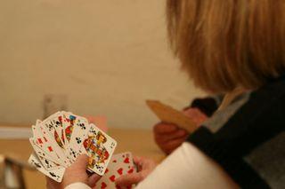 """kat wurde ab 1810 aus dem älteren Kartenspiel Schafkopf entwickelt und im September 1813 in der """"Skatstadt"""" Altenburg, die Partnerstadt Offenburgs, vorgestellt."""