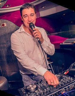 DJ-Urgestein Frank Dickerhof sorgt auf der großen Geburtstagsparty für tolle Stimmung.