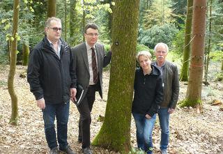 Baum 104 im Friedwald: Kurt Weber, Thorsten Erny, Jutta Uhl und Wilhelm Schrempp (v.l.) stellen den Friedwald vor.