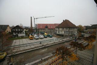 Die Arbeiten an der Straße vor dem Rathaus sowie jene an der alten Fabrik kommen gut voran.