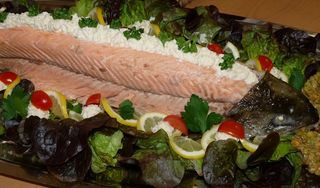 Während sonst in den USA am Unabhängigkeitstag die Grills angeworfen werden, wird in den Neuengland Staaten ein pochierte Lachs serviert.