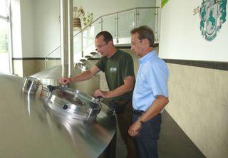 Alexander Schneider (l.) und Siegbert Meier im Sudhaus.