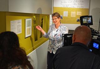 """""""Und Action"""" – Museums- und Archivleiterin Ute Scherb erzählt vor der Kamera von der Geschichte Kehls während der Zeit der Evakuierung."""