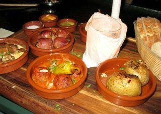 Mit den kleinen Vorspeisen kann man spanische Lebensfreude auch auf heimischen Tellern genießen.