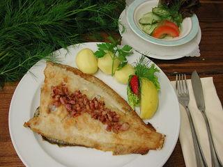 """Bei der Scholle """"Finkenwerder Art"""" wird das gebratene Fischfilet mit Speck serviert."""