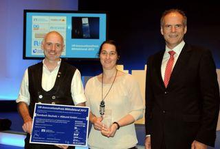 Rolf und Tanja Rombach (von links) mit ihrer Auszeichnung und dem Vorstandsvorsitzenden der Volksbank Lahr, Reinhard Krumm.