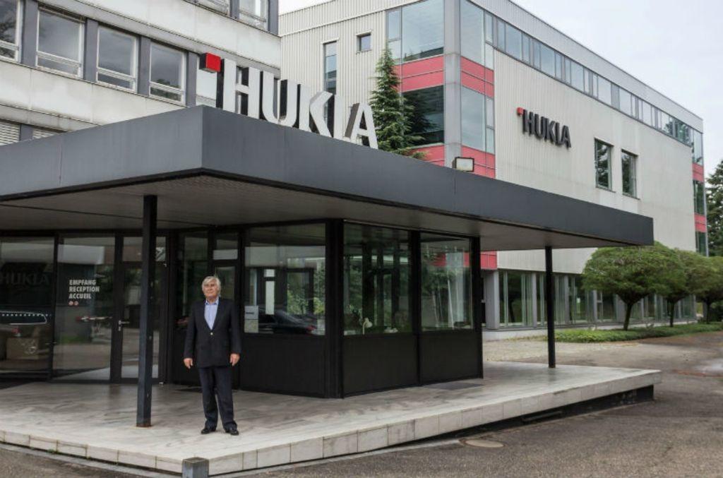 Aliseo-Gründer Claus Michael Hellfritz vor dem ehemaligen Hukla-Verwaltungsgebäude, das seine Firma erworben hat.