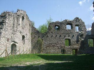 Viel Raum für Fantasie lassen die alten Gemäuer der Burgruine Neuwindeck in Lauf.