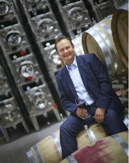 Hier fühlt sich Siegbert Bimmerle zu Hause – inmitten seiner Weinfässer in seinem neuen Betriebsgebäude in Renchen.