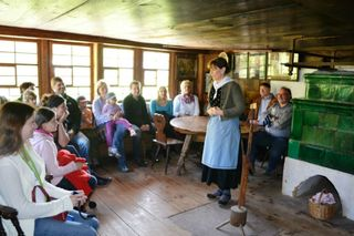 Billy Sum-Hermann sucht als Bauerstocher das große Glück und berichtet über historische Bräuche.