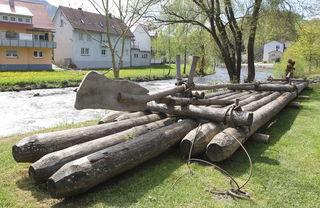 Im Flößerpark in Wolfach liegt dieser Teil eines Floßes. Diese waren eigentlich einige hundert Meter lang und wurden im Wolfacher Hafen zusammengebunden.