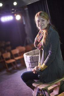 """Viktoria Sutterer in der Kulisse des Stücks """"Froschkönig"""", das bis 13. Dezember samstags und sonntags um 15 und um 17 Uhr gespielt wird."""