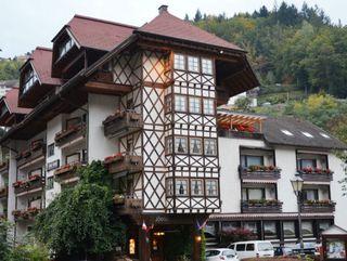 Ein 26-Jähriger schoss im Hotel Hirsch in Bad Peterstal um sich.
