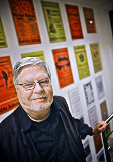 """Bald muss Wilfried Holzmann anbauen, um weitere Plakate der Aufführungen der """"kleinen bühne ettenheim"""" unterbringen zu können."""