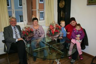 Bürgermeister Scheffold mit den neuen Hornberger Tagesmüttern Juditha Nickolaus (links) und Claudia Scherzinger mit ihren (eigenen) Kindern Lennox und Saraj.