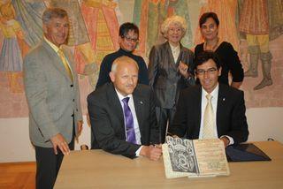 Bei der Unterzeichnung des Überlassungsvertrags (von Martin Hebling und Bernd Siefermann, dahinter Heinz Schäfer, Ute Hebling, Brunhilde Lorenz und Andrea Lang.