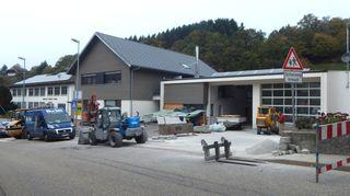 Noch wird vor und im Bergdorfhaus mit rechts anschließendem Feuerwehrgerätehaus mächtig gewerkelt.