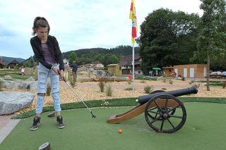 Bevor auf dieser Bahn die Piraten los sind, spielt man den Golfball lieber konzentriert, mit wenigen Schlägen und damit schnell in das Loch.