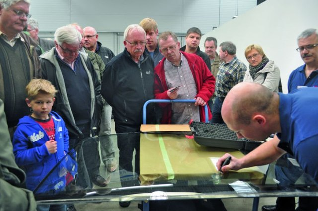 Vor interessierten Besuchern: Fachvorführung am Eröffnungstag.