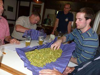 Bei einer Bierprobe in der Brauerei wurde das Festbier für den Oktober bestimmt.