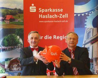 Ein gutes Geschäftsjahr 2012 verbuchte die Sparkasse Haslach-Zell. Mathias Wangler (links) und Klaus Minarsch gaben ihrem Institut die Note gut.