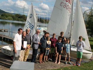 Fürs Wasser gedacht: Der Segel-Club Gifiz (Vorstände Stefan Fuhrer und Reinhard Edenhofner) erhält von der Bürgerstiftung (Geschäftsführer Bernd Schneider und Armin Fink, v.l.) einen Zuschuss für seine Jugendarbeit, der in Boote und Austattung investiert wird.