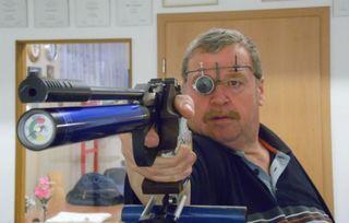 """Bei der relativ neuen Disziplin """"Luftpistole aufgelegt"""" darf die Pistole nur auf dem Pistolengriff aufgelegt, aber nicht seitlich angelehnt werden."""