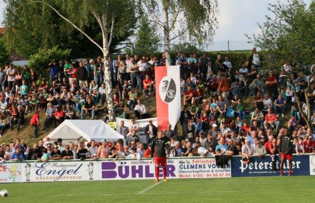 Der Auftritt des SC Freiburg zog die Zuschauer an, die alle einen möglichst guten Blick auf das Spiel gegen die Ortenauauswahl haben wollten.