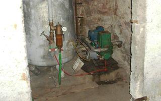 Funktionsweise einer Hauswasserversorgung: Ein Rohr, das sich einige Meter im Grundwasser befindet, ist an eine Kolben- oder Kreiselpumpe angeschlossen. Für den nötigen Druck sorgt ein Druckbehälter.