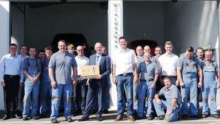 Das Team vom Offenburger Autohaus Opel Linck präsentiert stolz die Auszeichnung für Service in der Werkstatt.