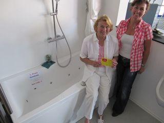 Die gückliche Gewinnerin Hannelore Eicke, Helga Springmann (rechts) und ihr Preis.