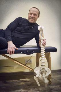 Unterschiedliche Blockaden, unterschiedliche Herangehensweisen: Gerhard Wagener beherrscht die Chiropraktik genauso wie die Hypnose und macht Sportler und Musiker wieder fit.