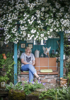Wer seinen Garten mit Liebe wachsen lässt, dem schenkt er Liebe: umgeben vom Rambling Rector geht es Helga Göhringer dufte.