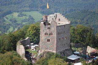 Burgruine Hohengeroldseck beim Burgfest im vergangenen Jahr aus der Vogelperspektive. In diesem Jahr steigt das Fest am kommenden Wochenende, 5. und 6. September.