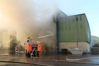 Hausmüll in Brand: Einsatzkräfte verschiedener Feuerwehren aus dem Umkreis waren die ganze Nacht im Einsatz.