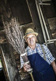 Auf historischen Festen, im Vogtsbauernhof und im Fernsehen zeigt Hans Heinzmann die Kunst, Besen zu binden wie vor 100 Jahren.