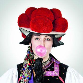 """Das Foto """"Bubble Gum"""" von Hans-Jörg Haas zeigt """"die Tracht im Spiegel der Kunst""""."""