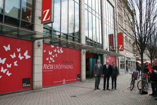 Aus Mode Boschert wird Mode Zinser (v.l.): Verkaufsleiter Christian Klemp, Firmenchef Hans-Joachim Zinser und Offenburgs Geschäftsführer Stefan Rinderknecht.