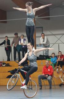 Die Bezirksmeisterinnen Caroline Wurth (oben) und Sophie-Marie Nattmann zeigten eine sehr gute Leistung im Rahmen der Meisterschaft