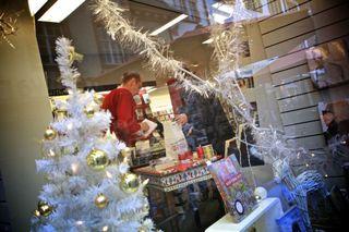 Schön verpackt landen die gekauften Geschenke unterm geschmückten Weihnachtsbaum.