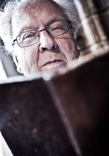 Ein Koch mit einer bibliophilen Ader: Ernst Birsner war Küchenchef im Burda Kochstudio und sammelt alte Kochbücher sowie Menü- und Speisenkarten.