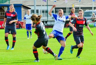 Christine Veth (in Weiß) kann sich immer wieder bei den Bundesligaspielen gut in Szene setzen.
