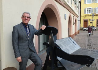 Bürgermeister Heinz Winkler vor dem Haslacher Rathaus.