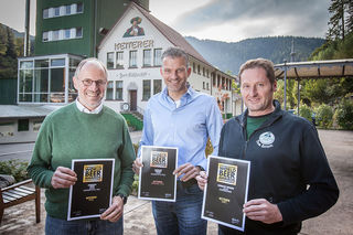Freuen sich über den Weltmeistertitel für Ketterer Edel bei den World Beer Awards und zwei weitere Medaillen ihrer Biere (von links): Geschäftsführer Michael und Philipp Ketterer sowie Diplom-Braumeister Klaus Vogt.
