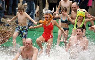 Ein kalt-fröhliches Spektakel ist das Neujahrsschwimmen in Rheinau-Linx.