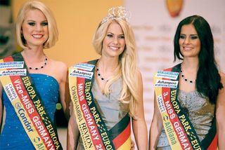 Isabel Gülck (Mitte), wurde am Samstagabend im Europa-Park Rust zur schönsten Frau Deutschlands gewählt. Als Zweitschönste benannte die Jury Miss Süddeutschland Mareen Wehner aus Heilbronn (links), Dritte wurde Miss Baden-Württemberg Sabrina Licata aus Wehr bei Lörrach.